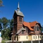 Postolin. Zbaczając ze szlaku brukowaną drogą dojedziemy do wioski, gdzie znajduje się poewangelicki kościół z muru pruskiego