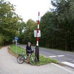 Na trasie dawnej kolejki wąskotorowej natrafimy na różne znaki kolejowe. Pełnią funkcje pamiątkowe.