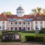 Klasycystyczny pałac z 1797-1798, rozbudowany w 1910. Obecnie zespół szkół leśnych