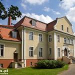 Tulce. Dwór o cechach baroku, nakryty dachem mansardowym wybudowany w 1920 r. przez hrabiego Alfreda von Radolin. Ostatnim właścicielem był Otto Sarrazin który opuścił majątek pod koniec II wojny światowej