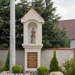 W południowej części wsi, na skrzyżowaniu, stała do II wojny światowej kapliczka z figurą św. Wawrzyńca. Kapliczka została rozebrana przez Niemców, Do 2010 roku przechowywana była na jednym ze strychów u mieszkańca Robakowa. Obecnie po odnowieniu stoi w dawnym miejscu