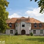 Dwór w Piotrowie – Dwór otoczony jest 5-hektarowym parkiem z pięcioma stawami, na których ongiś hodowano kaczki w warunkach półdzikich).