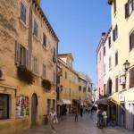Uliczka w Rovinj – na przestrzeni ponad 2000-letniej historii miasto przeszło przez panowanie Wenecjan, Genueńczyków, Franków, Austriaków i Niemców by wreszcie stać się częścią Chorwacji.