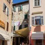 Charakterystyczny widok chorwackich miasteczek – rozciągnięte pomiędzy domami sznury z praniem.