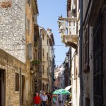 Przy wąskich uliczkach mijamy liczne bary, kawiarnie i małe sklepiki