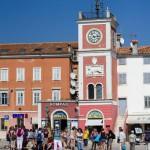 Renesansowa wieża zegarowa. Pod zegarem płaskorzeźba przedstawiająca lwa weneckiego
