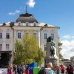 Główny Plac Prešerna – (Prešernov trg) z pomnikiem największego Słoweńskiego poety Franceta Prešerna (1800-1849). Postać Prešerna jest symbolicznie zwrócona ku jego wielkiej miłości Julji Primic – wykonanej z terakoty, wygląda z okna na fasadzie po przeciwnej stronie placu, na ulicy Wolfovej.