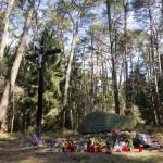 """""""Ziemia ta kryje prochy pomordowanych tutaj nieznanych ofiar terroru hitlerowskiego z lat II wojny światowej""""."""