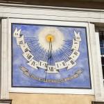 Zegar słoneczny na ścianie katedry
