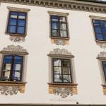 Malowane zdobienia fasady kamienicy