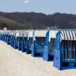Kosze plażowe czekają na spragnionych słońca turystów