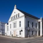 Potbus –na pierwszym planie gmach teatru w stylu klasycystycznym – z czasów założyciela miasta księcia Wilhelma Malte. W głębi białe kamieniczki przy rynku