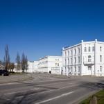 Białe fasady kamienic wokół Circus (okrągłego głównego placu Potbus)