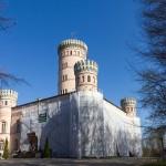 Granitz pałacyk myśliwski Obiekt, wzniesiony w latach 1836–1846 według planów Steinmeyra, przypomina dwór obronny z czterema okrągłymi narożnymi wieżami i wysoką na 38 m wieżą środkową