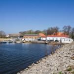 Widok z mostu łączącego wyspy Rugię i Ummanz – latarnia morska i palarnia kawy w starej stodole