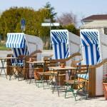 Rybny bar z plażowymi koszami