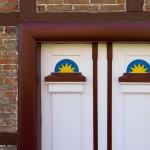 Ornamenty ba drzwiach wejściowych – element typowy dla tych regionów