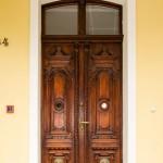 Piękne drewniane drzwi wejściowe do pałacu