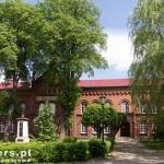 Połczyn Zdrój. Szkoła podstawowa im. A. Mickiewicza. Przed szkołą pomnik w 150 rocznicę urodzin wieszcza