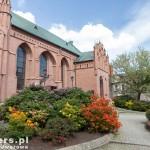 Azalie przed kościołem