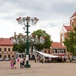 Rynek z oryginalnym rowerowym kwietnikiem. Z prawej bazylika archikatedralna