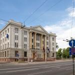 Gmach Ministerstwa Spraw Zagranicznych Łotwy – z napisem na gzymsie CONCORDIA RES CRESCUNT – zgodą wzrastają małe rzeczy