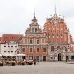 Dom Bractwa Czarnogłowych (po prawej ) i Dom Wagi (po lewej) gotycko – renesansowy gmach bractwa, stanowi prawdziwą wizytówkę Rygi