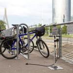 W drodze powrotnej przy centrum Olimpia parking dla rowerów i stacjonarna pompka