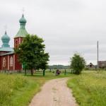 Prawosławna cerkiew (jedyna drewniana na Saaremie) w Metskula 1909r.. Świątynia posiada dwie wieże, co w tradycji kościoła prawosławnego oznacza dwie natury Chrystusa: ludzką i boską