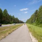 Wzdłuż głównej drogi biegnie droga rowerowa