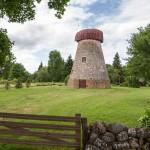 Symbolem Saaremy są wiatraki – tu wybudowany z polnego kamienia wiatrak typu holender niestety bez śmigieł