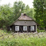Drewniana chatka ukryta w lesie z oryginalnym opłotowaniem