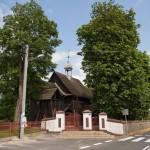 Kleszczewo. Drewniany kościół kryty gontem z 1760-62 Wszystkich Świętych. Obok drewniana dzwonnica