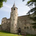 Na dziedzińcu średniowiecznego zamku biskupiego, który spełniał podwójną rolę – militarną i religijną