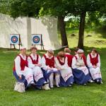 W parku wokół zamku przechadzały się liczne grupy pań ubranych w stroje ludowe