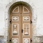 Hanila zdobione drzwi kościoła