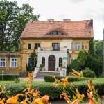 Drzązgowo. W parku dwór z lat trzydziestych XIX w. wzorowany na architekturze miejskiej