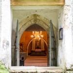 Karuse. Kościół św. Małgorzaty – wewnątrz zobaczyć zachowaną barokową amboną i ołtarz oraz średniowieczną chrzcielnicę