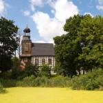 Gułtowy. Szachulcowy kościół św. Kazimierza z 1737-38 z ceglaną neogotycką kaplicą grobową Bnińskich