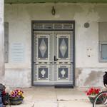 Bogato zdobione drzwi wejściowe do dworu