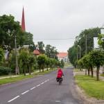 Aleja w Lihula – po lewej czerwona wieża kościoła pw. św. Elżbiety z  1876 w głębi dwór