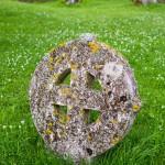 Ridala  – cmentarz z kamiennymi krzyżami przy kościele św. Marii Magdaleny