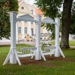 Ogród urządzony jest w stylu angielskim ma wielkość 18 hektarów oraz niemal 60 kilometrów ścieżek spacerowych