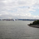 Dopływamy do celu – Helsinki West Harbour. Miasto położone jest na stałym lądzie jaki i na wyspach. Obecnie liczba wysp waha się w okolicach 300 i nie jest stała; od lat wykazuje tendencję malejącą