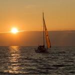 Romantyczny zachód słońca pod żaglami