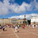 Senaatintori (Plac Senacki), z pomnikiem cara Rosji Aleksandra II z 1820 roku. W tle główny gmach uniwersytetu helsińskiego. Po przeciwnej stronie placu stoi bliźniaczo podobny Pałac Prezydencki.