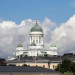 Katedrę w Helsinkach porównuje się do petersburskiej katedry – obie świątynie łączą bowiem nie tylko małe kopuły zdobiące dach, cynkowe posągi apostołów ale także centralna kopuła, umieszczona na skrzyżowaniu ramion krzyża greckiego i eleganckie portyki