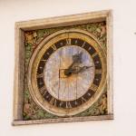 Zegar na bocznej ścianie kościoła Św. Ducha