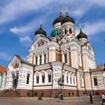 Sobór św. Aleksandra Newskiego reprezentuje styl bizantyjsko-rosyjski. W rozplanowaniu naśladuje bizantyjskie świątynie krzyżowo-kopułowe, posiada trzy absydy i pięć cebulastych kopuł.