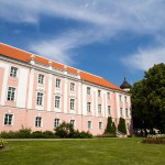 W Toompea znajduje się tez dawny zamek, a właściwie jego ruiny z wieżą Pikk Herman. Od lat jest tu siedzibą rządu i parlamentu estońskiego (Rligikogu).